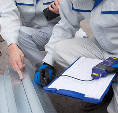 専用の器具を使いメッキの付着量が規準値を超えているか検査02